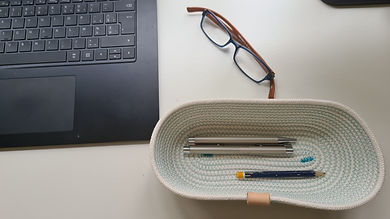 laptop en pennen met vaste hand