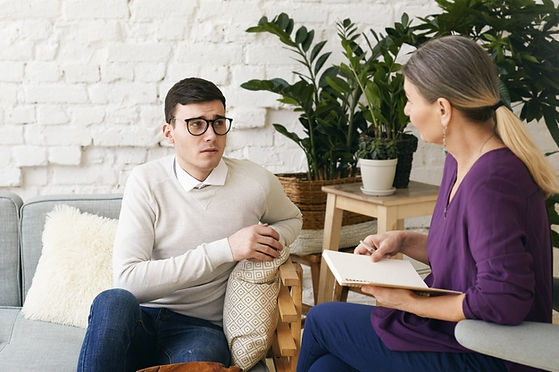 senior-woman-psychotherapeute-conseiller