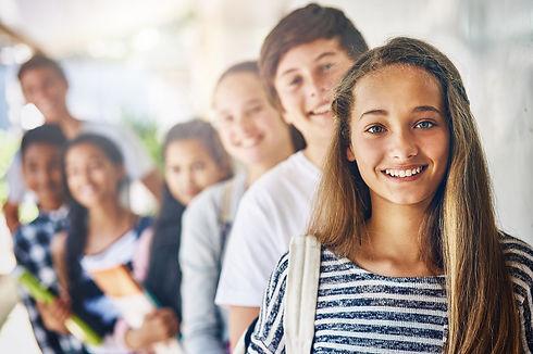 Schulkinder in einer Reihe