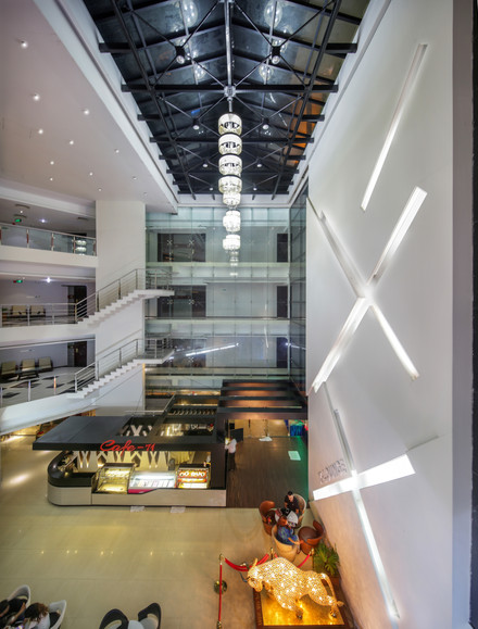 Lobby court, hotel the cox today