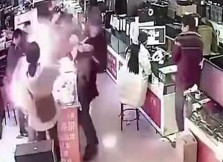 Rakaman CCTV menunjukkan letupan berlaku selepas seorang lelaki menggigit bateri iPhone.
