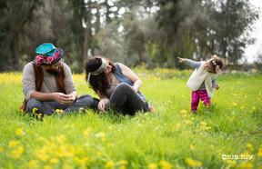 צילומי משפחות בטבע בשדה פרחים