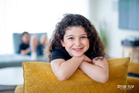 צילומים במסגרת בייתית ילדה בסלון