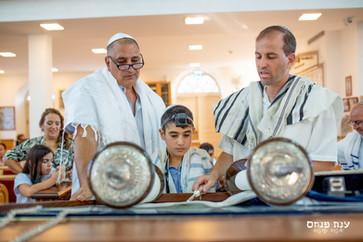 צילומי בר מצווה בבית הכנסת