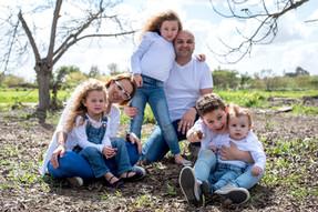 צילומי משפחות בטבע במטע פקאנים