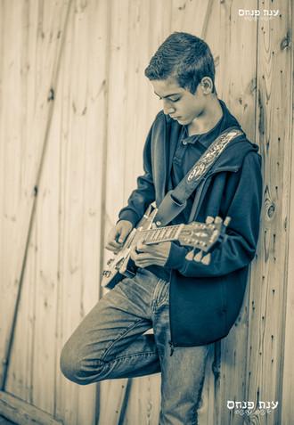 צילומי בר מצווה ילד מנגן בגיטרה