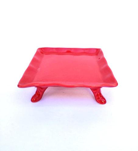 Prato quadrado com pé vermelho