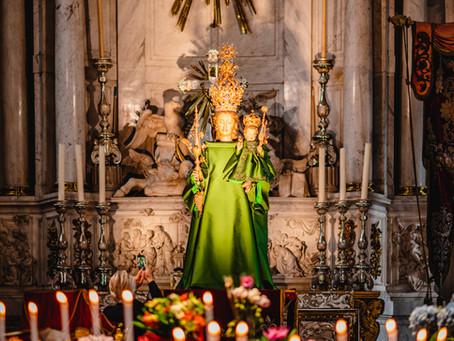 Modehaus Natan kleidet Madonna in der Antwerpener Kathedrale