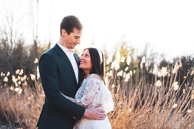 JB lab, fotografia matrimonio di una coppia al tramonto con il sole alle spalle immersi nella natura