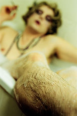 La femme assise qui regarde autour © Ludovic Bourgeois