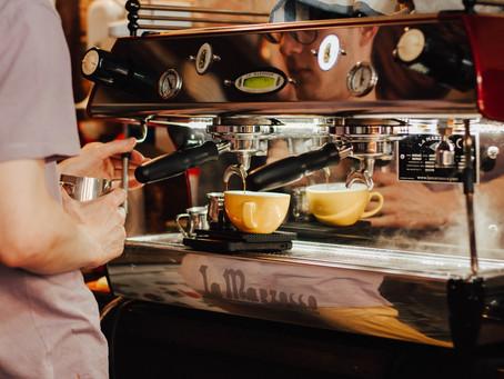 Заварювання кави за допомогою френч-пресу