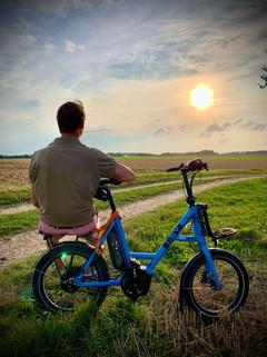 Ein Mann, ein Rad, eine Sonne.