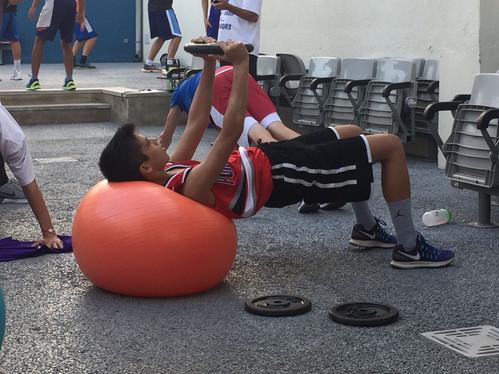 Jugador del Júnior masculí fent preparació física