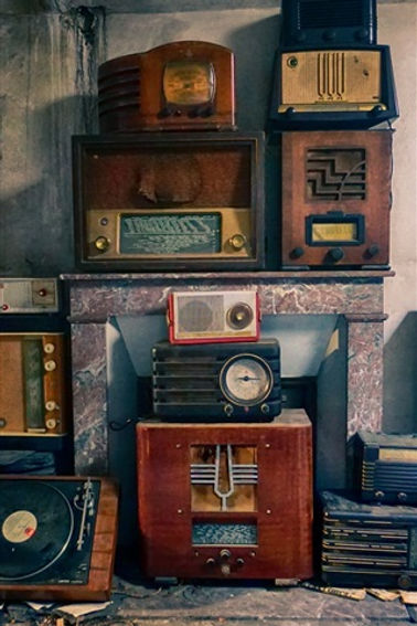 Radio-and-player-old-appliances_iphone_3