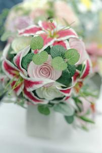 Букет-каскад с лилиями