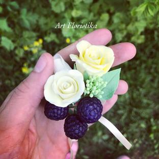 Брошь с цветами и ягодами