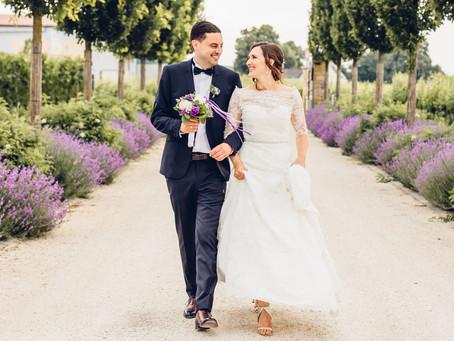 Anna & Tobias - Hochzeit in Lila auf einem Weingut in der Pfalz