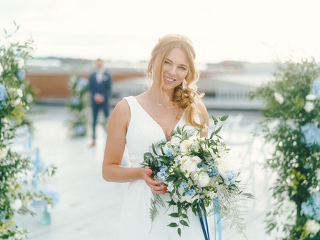 """""""Up here with you"""" - eine Rooftop Wedding Inspiration mit einem Hochzeits-Farbkonzept in Blau"""