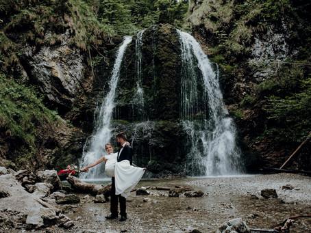 """""""Into the woods"""" - zwei unterschiedliche Bridal Looks und Ideen für eure Waldhochzeit am Wasserfall"""