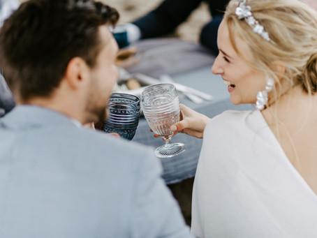 """""""Urbanes Ostsee Strand Wedding Picknick"""" - Ideen für eine intime Hochzeit in blau am Strand"""