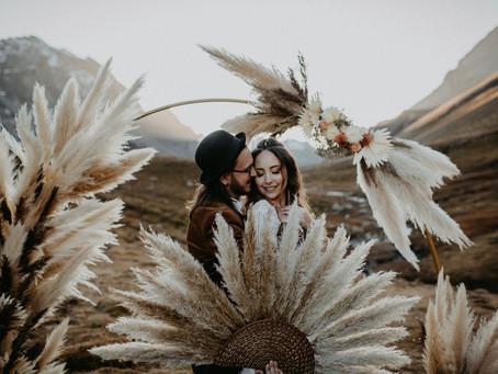 Bohemian Elopement mit warmen Farben, Trockenblumen, Pampasgras & Boho Hochzeit Vibes