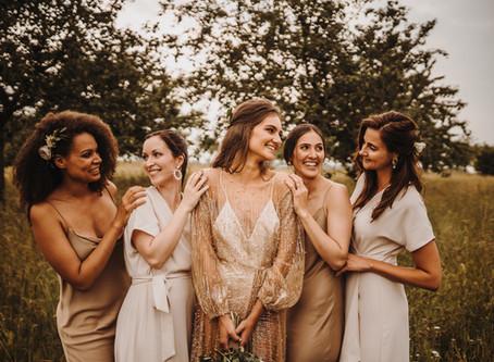 """""""Glamour meets Landhochzeit"""" - rustikale Hochzeit mit sexy Brautkleid und Bridal Squad in nude"""