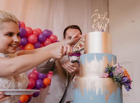 Saskia & David - Heiratsantrag im Jogginganzug und traumhafte Schlosshochzeit in Ultraviolett