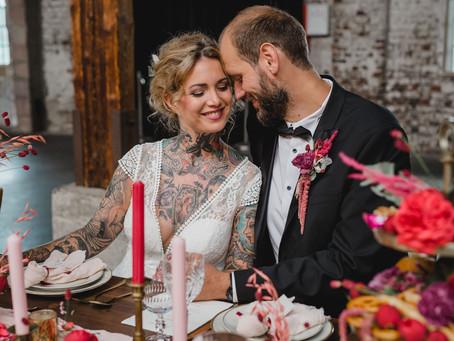 Vintage Hochzeit im Herbst - Heiraten im Gare du Neuss mit Hochzeitsdeko in Pink und Rot