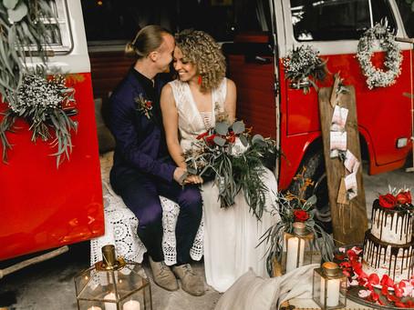 Bohemian Wedding Barn - Farbgewaltiges Styled Shoot mit rotem VW-Bulli in rustikaler Festscheune
