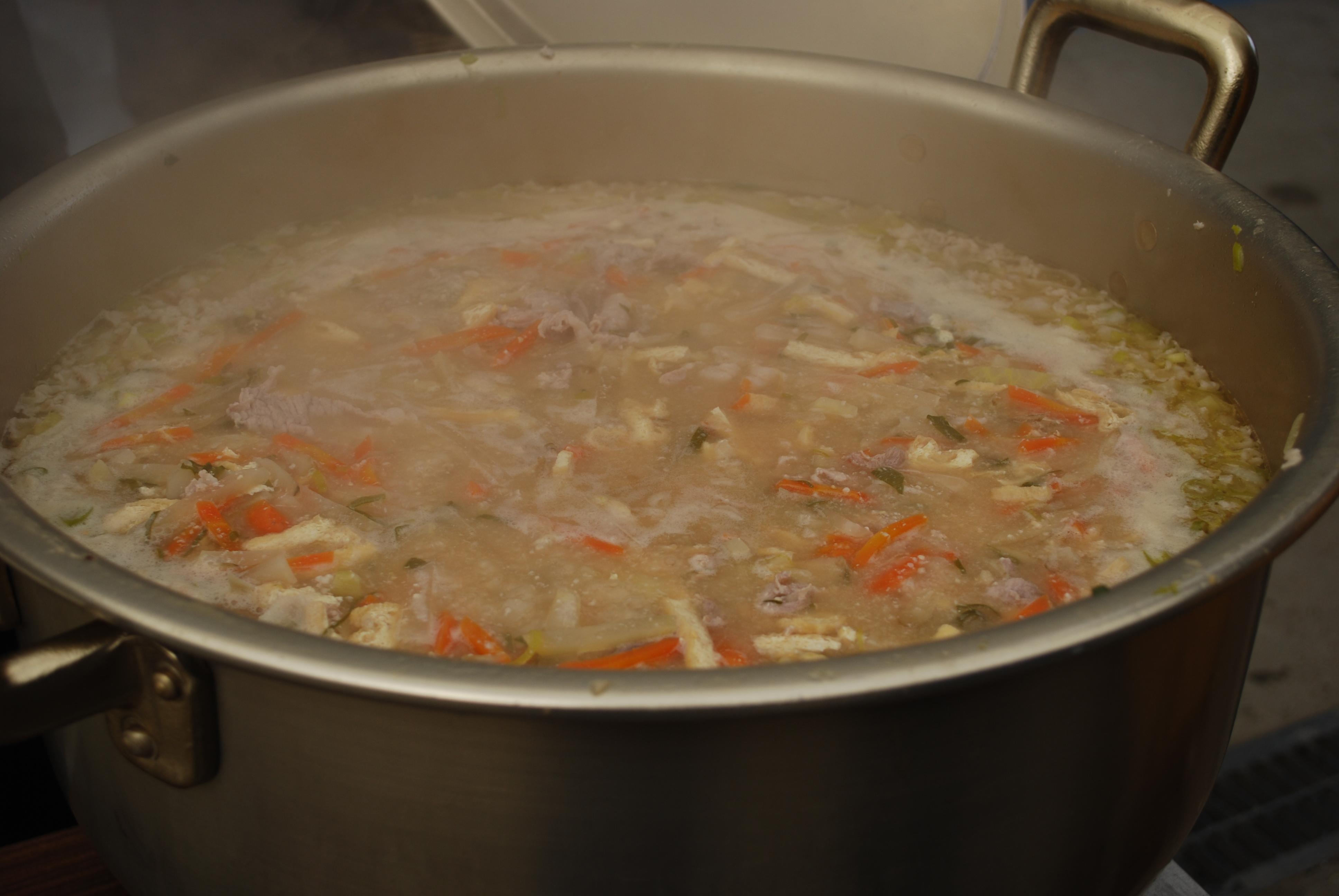 ひだまり「チーム絆」 炊き出しメニュー 地元野菜を使った豚汁