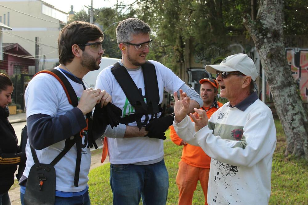 Vereador Camozzato e o secretário Ramiro conversam com moradores.