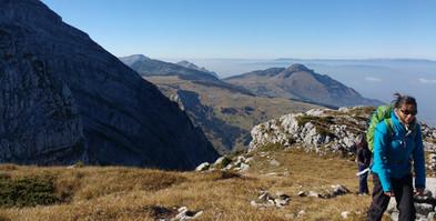 En route vers le sommet... Plis du Grand Bargy et pointe d'Andey au fond.