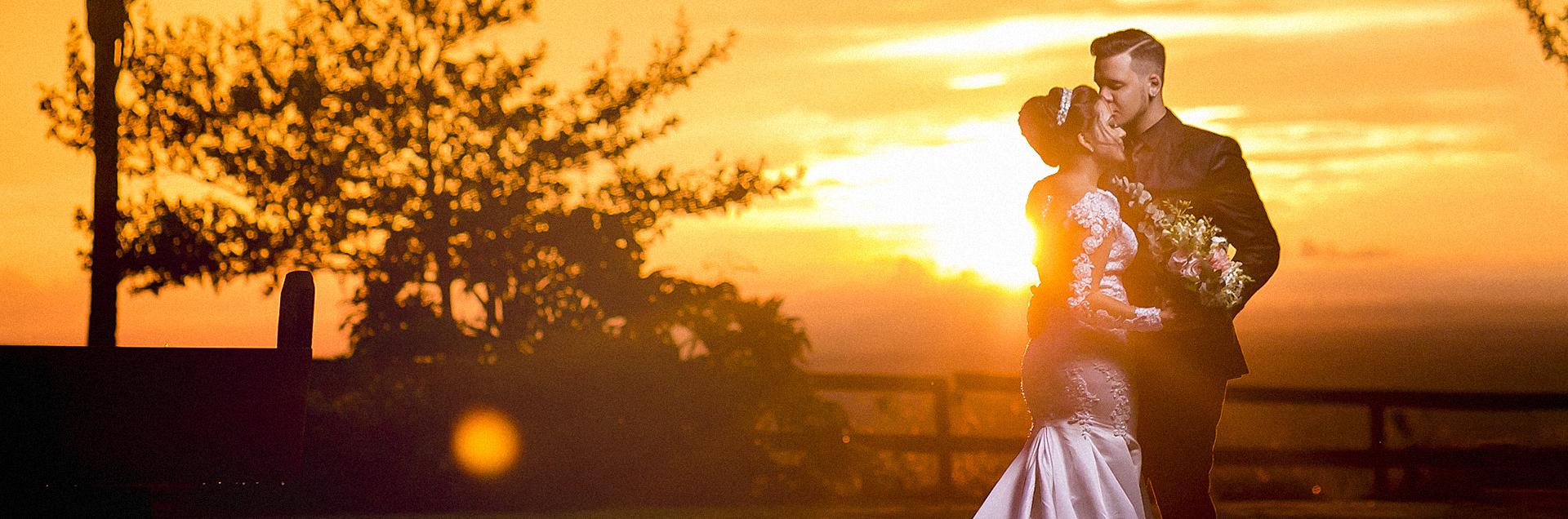 Noivos ao pôr do sol