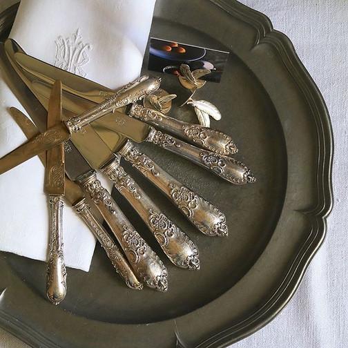 #ロカイユ 装飾の美しいナイフ。_サイズはテーブル、デザート、フルーツの3種。__テーブル&デザートナイフの持ち手部分は純銀ですが、刃はイノックスに直されています。_全て純銀ではあ