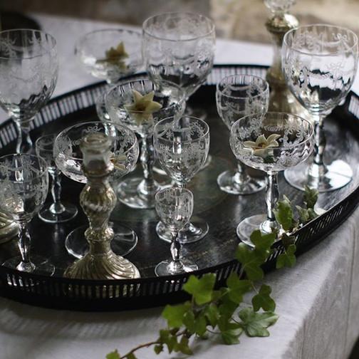 #クリスタル #グラス__#verre en #cristal #gravé__ガーランドのエッチングが繊細で、クリスタルならではの美しい響き。 (ムービーも撮ったので、その音色は改めて✨)