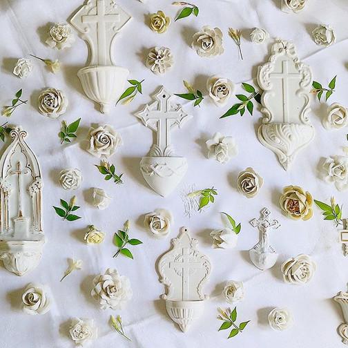 #ベニティエ #聖水盤 と #陶器の花__#アンティークのある暮らし_#フランスアンティーク_#antiques #fleurs _#花のある暮らし_#benitier_#porcelainflowers _#ceramicflowers_#7月7日のプロローグ展より展開予定