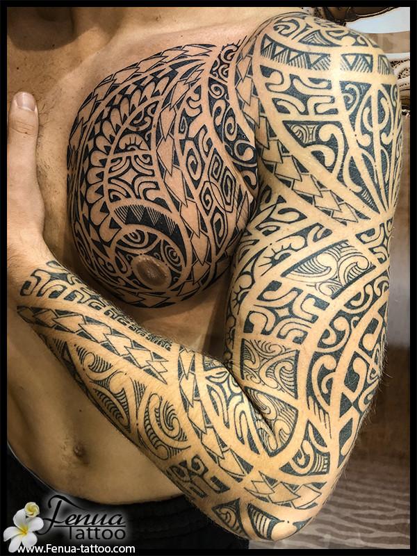 tatouage polynésien bras épaule pec par le tatoueur pierre martinez