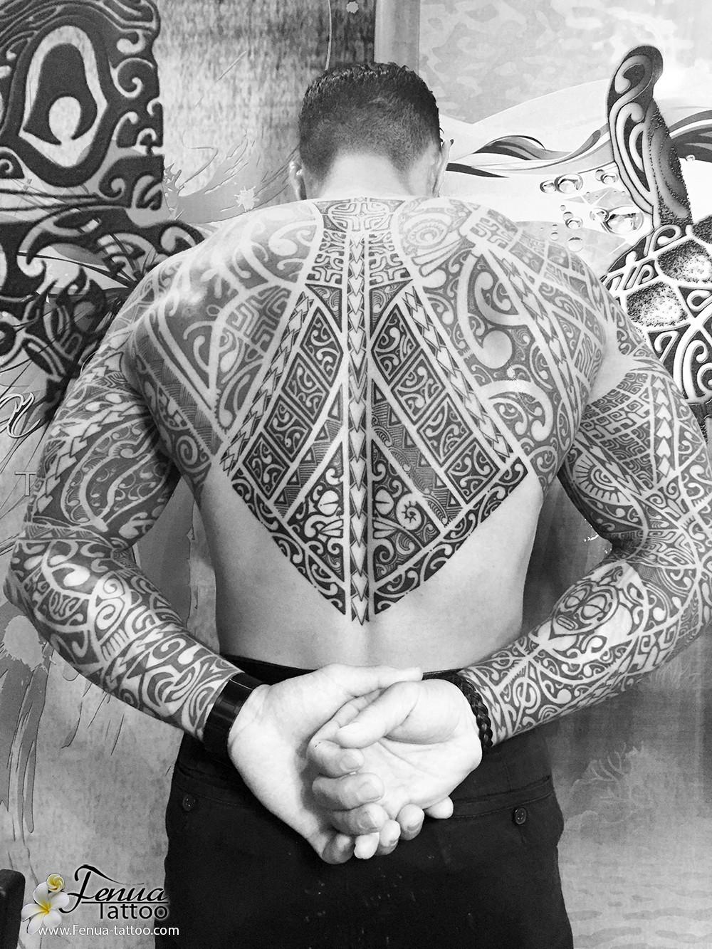 tattoo polynesien dos brad épaule