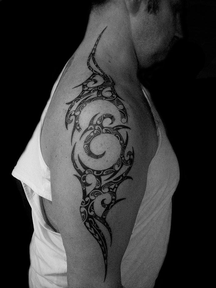 tatouage-polynesien-tribal-sur-epaule.jpg