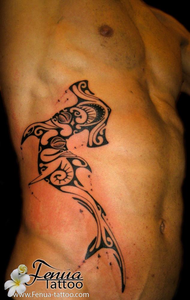 tatouage polynésien homme requin marteau