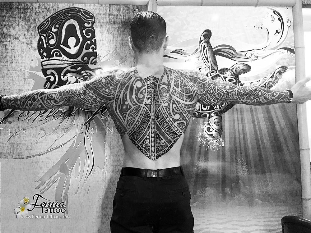 tatouage maori polynésien bras épaule dos