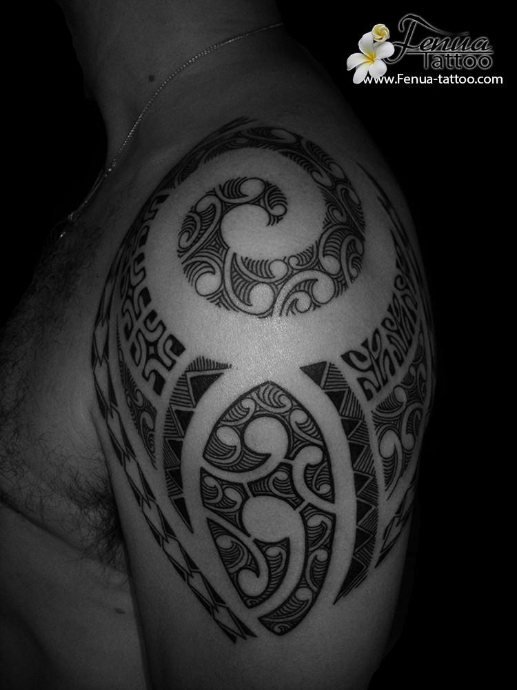 Tatouage polynesien bras épaule par fenua tattoo