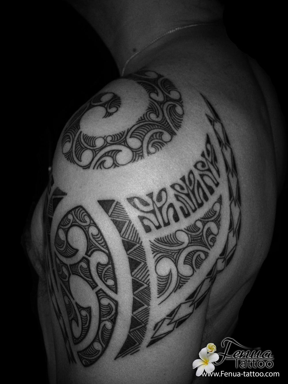tatouage polynésien bras épaule