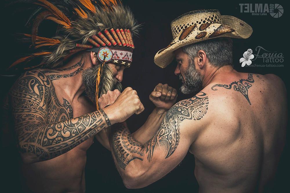 """Tatouage polynésien bras épaule pec """"indien vs cowboy"""