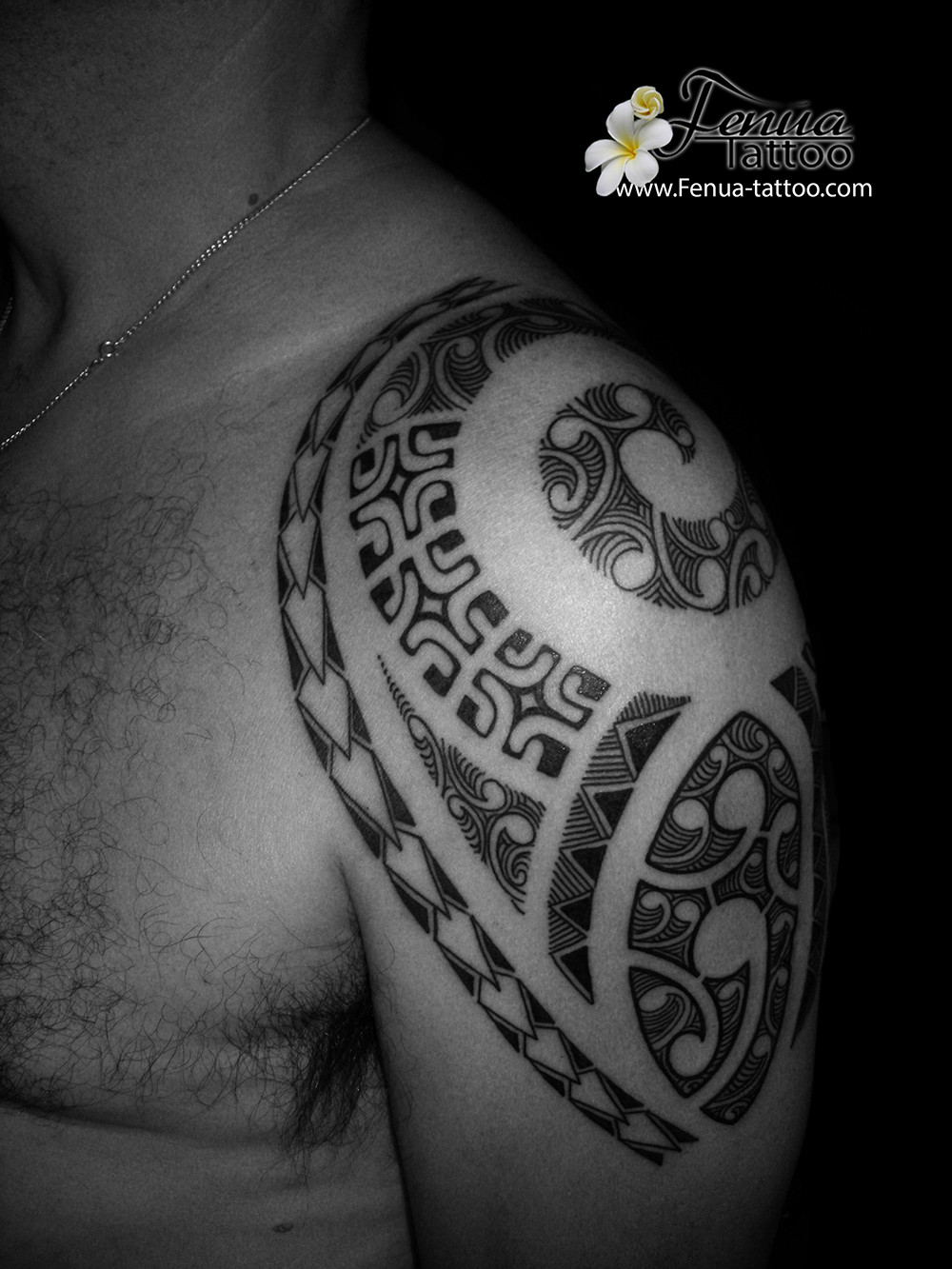 Tattoo polynesien bras epaule par fenua tattoo sanary sur mer toulon et marseille