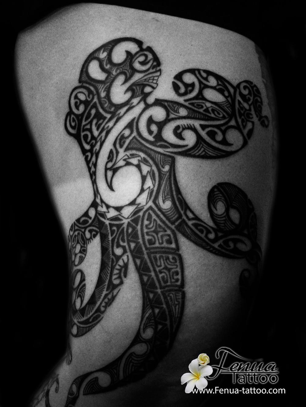 tatouage polynésien maorie tribal sur la cuisse avec tiki