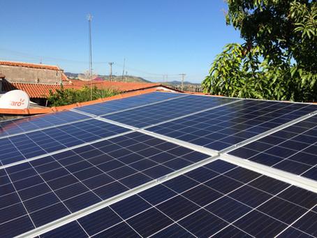 ¿Cómo mantengo mis paneles solares limpios?
