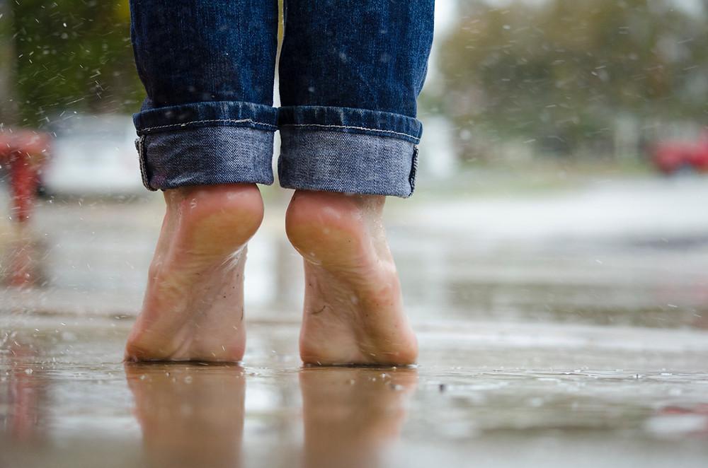 stopy w deszczu