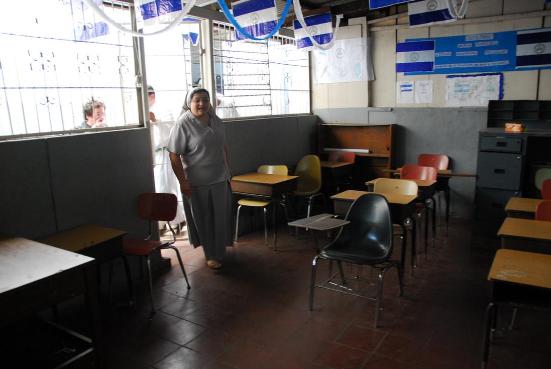 apoyando colegios de zonas muy pobres, apoyando con infraestructuras y material escolar