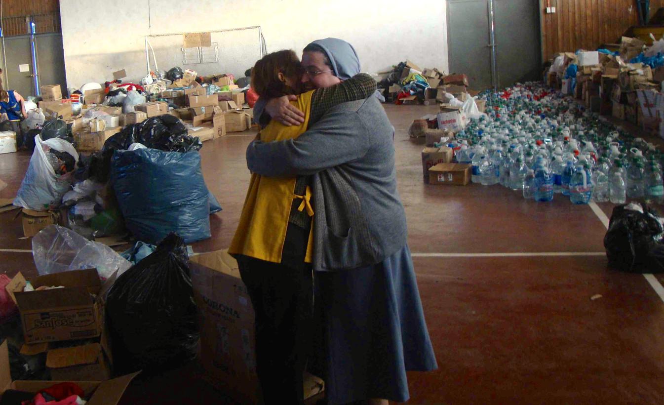 Llevando ayuda a albergues en desastres naturales.